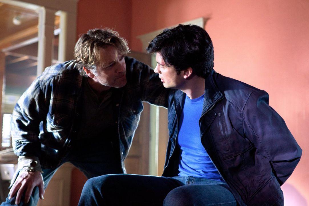 Zu seiner Überraschung wird Clark (Tom Welling, r.) erneut in ein Paralleluniversum geschickt. Dort wartet bereits Jonathan Kent (John Schneider, l.... - Bildquelle: Warner Bros.