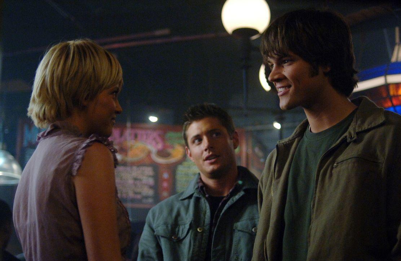 Als Sam (Jared Padalecki, r.) und Dean (Jensen Ackles, M.) einen mysteriösen Todesfall in Chicago überprüfen, treffen sie dort zufällig auf Meg (Nic... - Bildquelle: Warner Bros. Television
