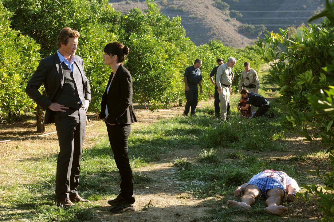 Ein neuer Fall beschäftigt Teresa (Robin Tunney, 2.v.l.) und Patrick (Simon Baker, l.) ... - Bildquelle: Warner Bros. Television