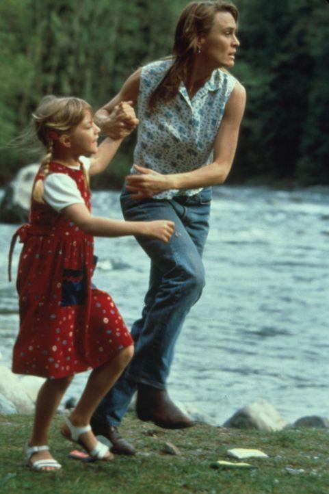 Vor dem Mörder auf der Flucht: Lori (Robin Wright Penn, r.) und ihre Tochter Chrissy (Pauline Roberts, l.) ... - Bildquelle: Warner Bros.