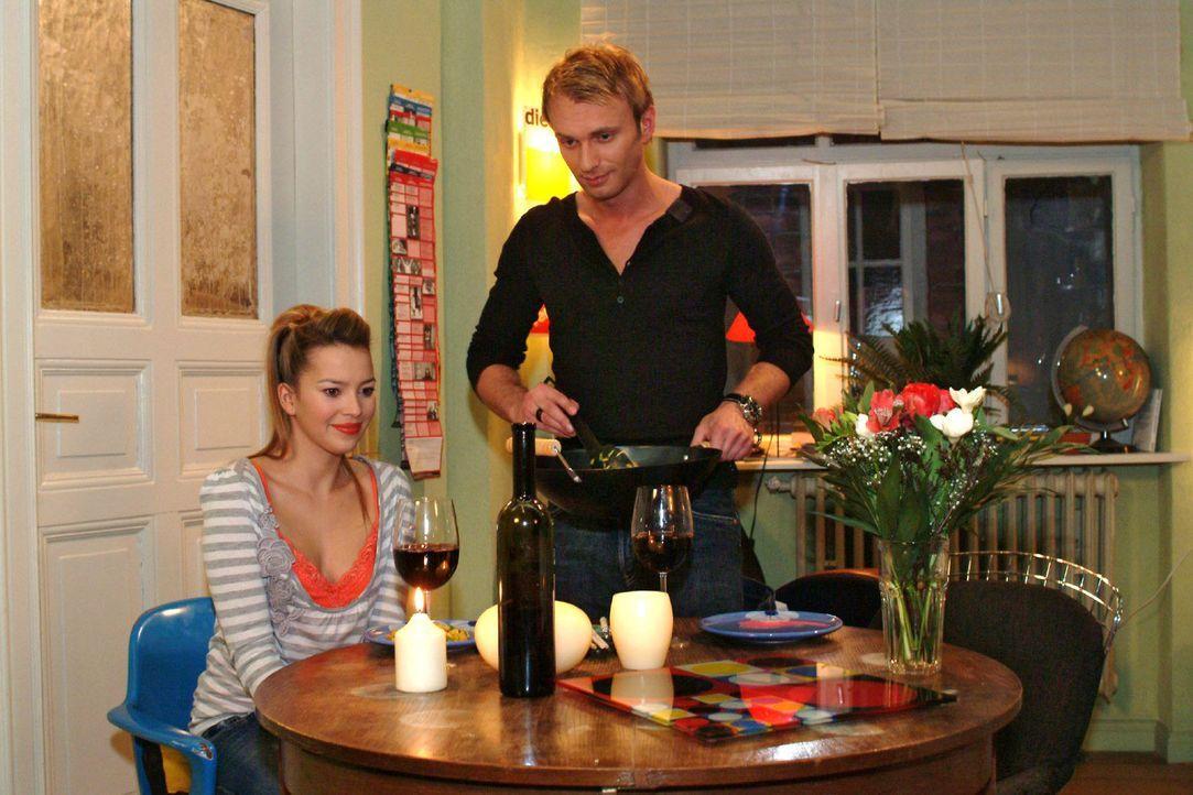 Hannah (Laura Osswald, l.) ist gerührt, dass Marc (Jean-Marc Birkholz, r.) für sie ein Candle Light Dinner gezaubert hat. - Bildquelle: Monika Schürle Sat.1