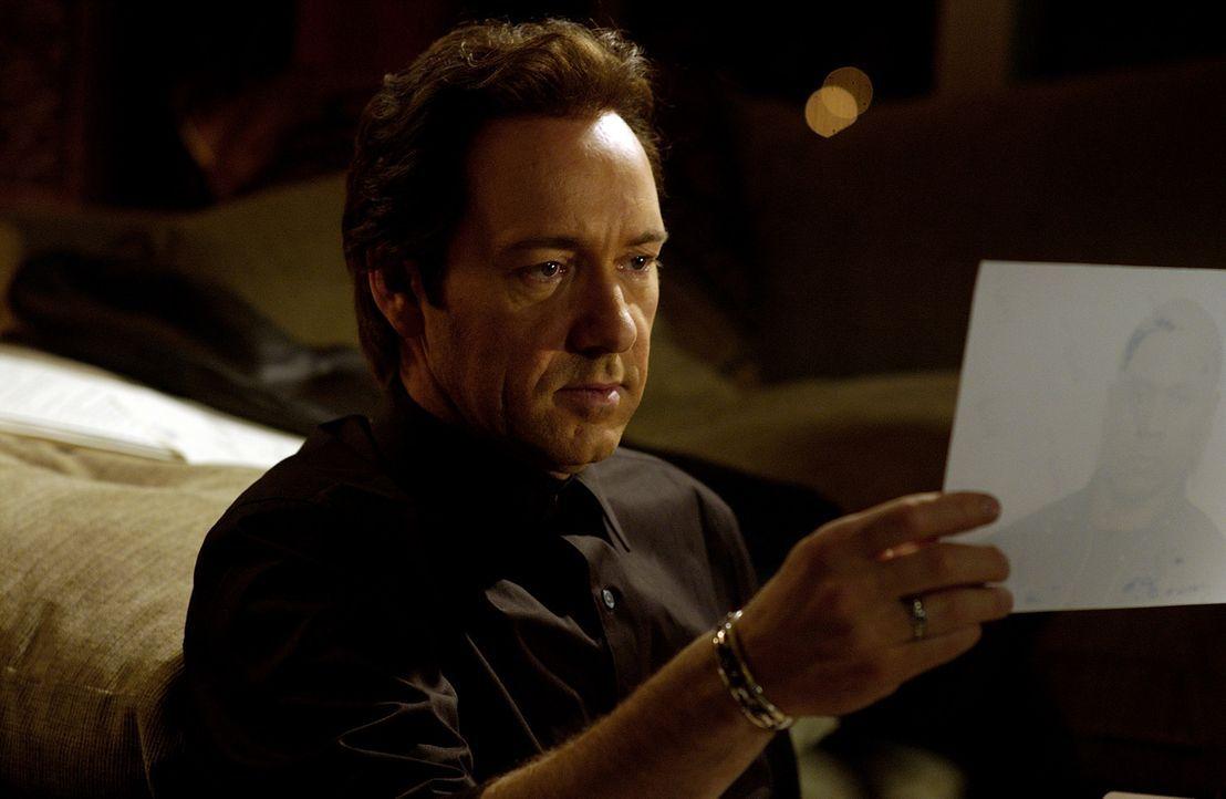 Schon bald stößt Wallace (Kevin Spacey) auf eine heiße Spur ... - Bildquelle: 2005 FILM & ENTERTAINMENT VIP MEDIENFONDS 3 GmbH & Co. KG GmbH
