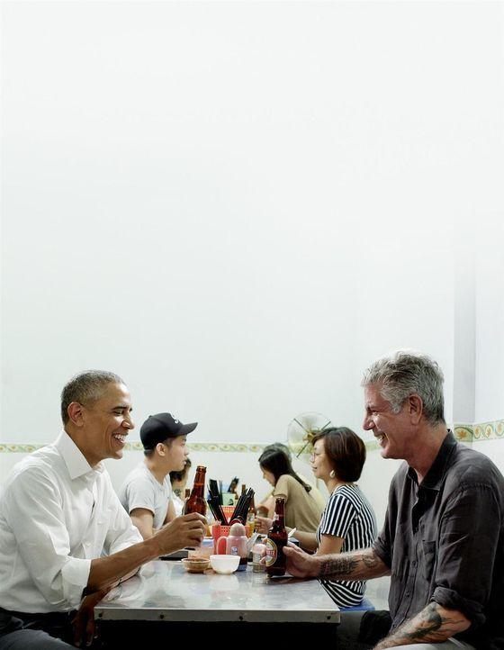 Hoher Besuch: In Hanoi trifft sich Antony Bourdain (r.) mit Barack Obama (l.) zu einem vietnamesischen Dinner. Wie schmeckt dem Ex-US-Präsidenten da... - Bildquelle: 2016 Cable News Network, Inc. A TimeWarner Company All rights reserved