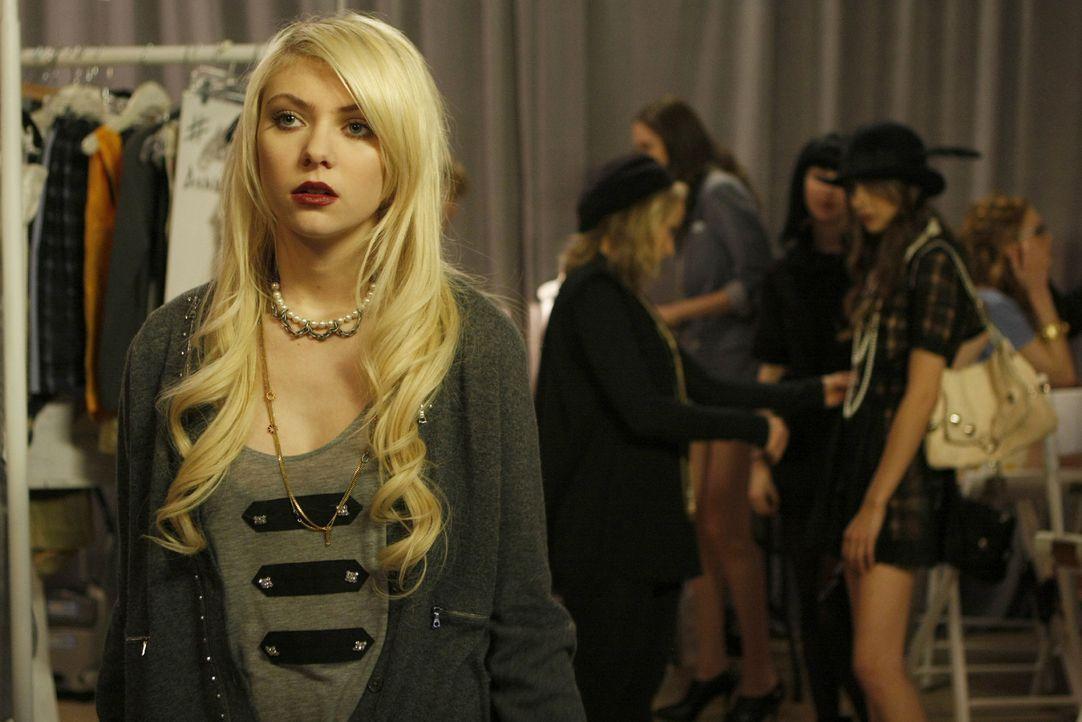 Jenny (Taylor Momsen, l.) macht sich Sorgen, dass Agnes (Willa Holland, r.) die gesamte Show zerstört, indem sie die Pillen an die Models verteilt. - Bildquelle: Warner Brothers