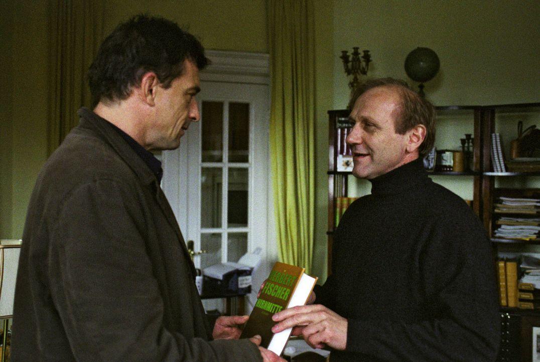 Steiner (Thomas Sarbacher, l.) spricht mit dem Autoren Herbert Fischer (Karl Kranzkowski, r.). - Bildquelle: Martin Kurtenbach Sat.1