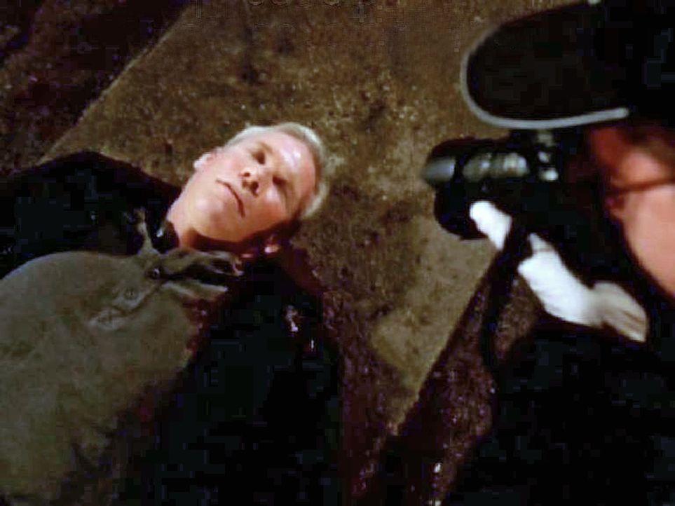 Der erschossene Capt. Dan Karzin (Christopher Allport) - Bildquelle: CBS Television