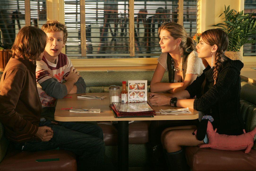 Marissa (Mischa Barton, 2.v.r.) möchte, dass Johnny (Ryan Donowho, l.) und Chili (Johnny Lewis, 2.v.l.) ihre Schwester Kaitlin (Willa Holland, r.)... - Bildquelle: Warner Bros. Television