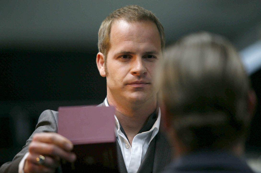 Sein neuer Kollege, blaublütig und dazu ein Preuße, Tristan Graf von Rehnitz (Marc Ben Puch), hält sich an den Buchstaben des Gesetzes. Für Gerr... - Bildquelle: Erika Hauri SAT.1