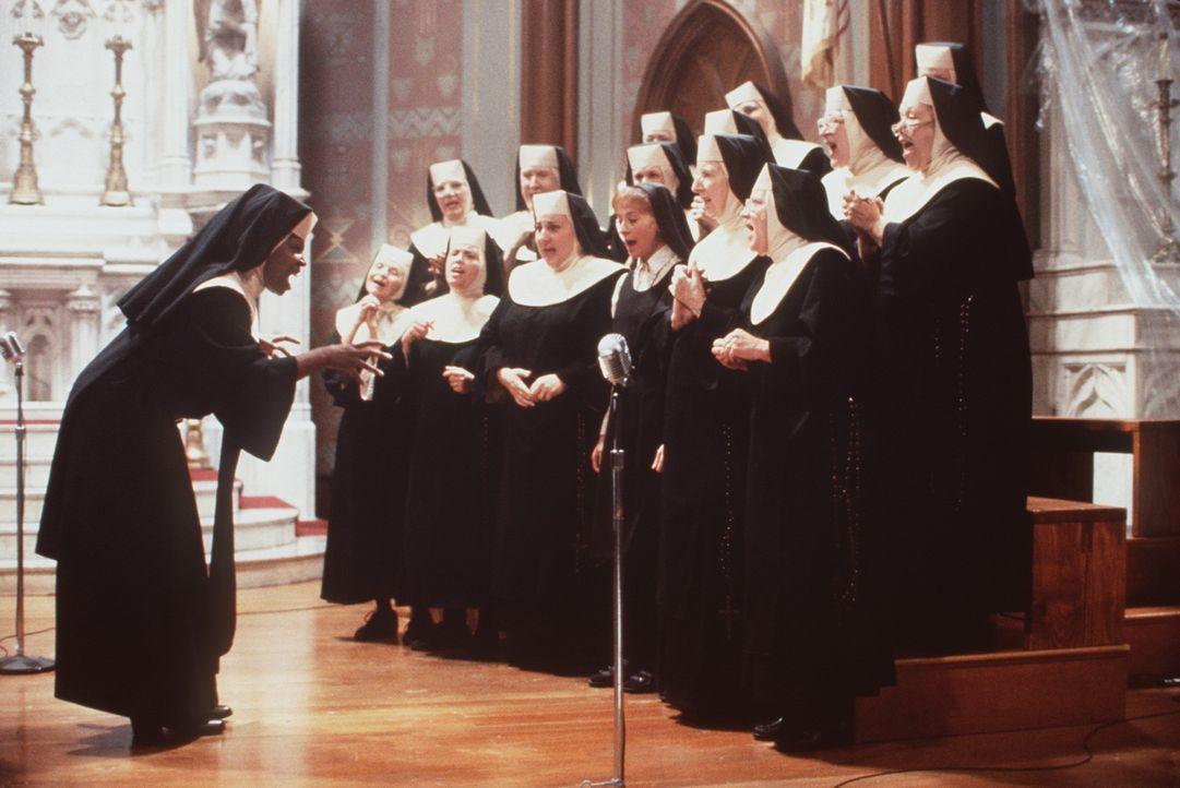 Mit ihrer neuen Aufgabe im Kloster, bringt Doloris (Whoopi Goldberg, l.) dem trüben Haufen die wahren Gospel-Töne bei und macht daneben den Chor zum... - Bildquelle: Buena Vista Pictures