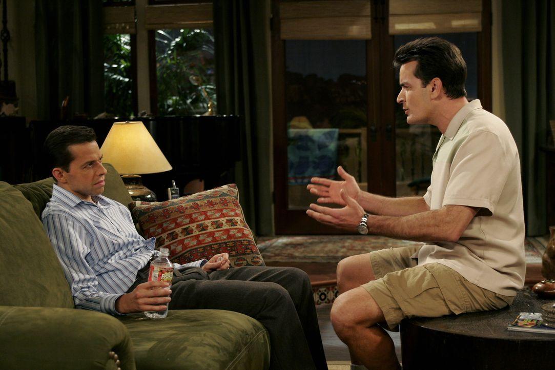 Da Charlie (Charlie Sheen, r.) Angst hat sich von Jake trennen zu müssen, falls Alan (Jon Cryer, l.) und Judith wieder zusammenziehen und ihren Sohn... - Bildquelle: Warner Brothers Entertainment Inc.