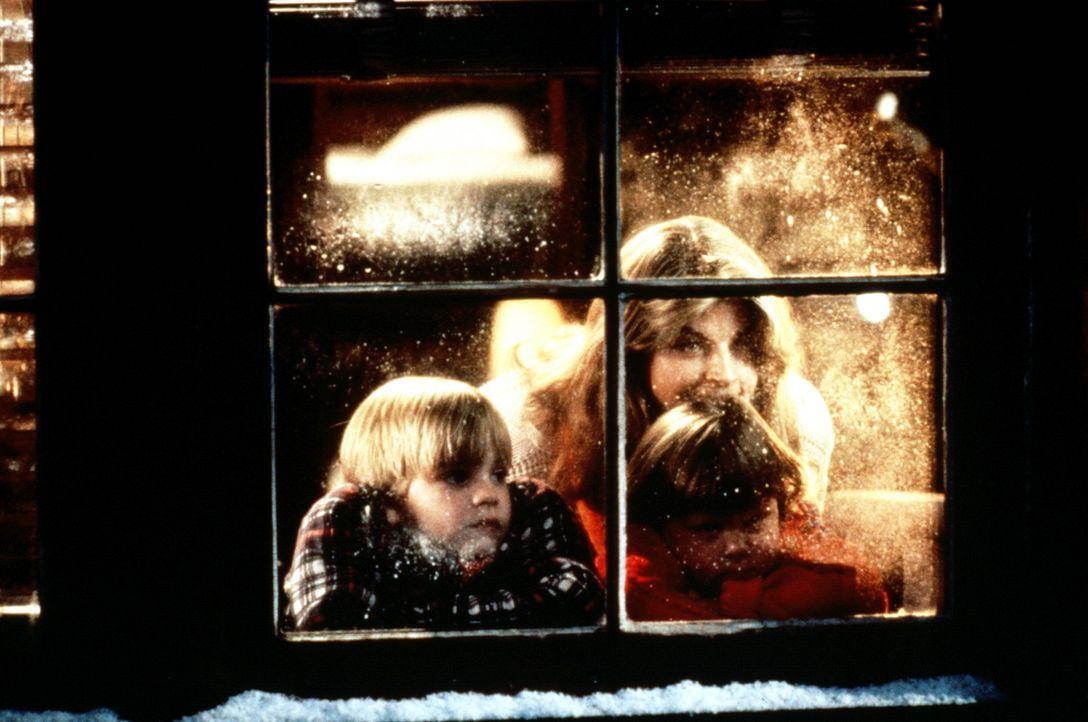 Es ist Weihnachten und wo bleibt Papa? Die Kinder Mikey (David Gallagher, l.), Julie (Tabitha Lupien, r.) und Ehefrau Mollie (Kirstie Alley, hinten... - Bildquelle: TriStar Pictures