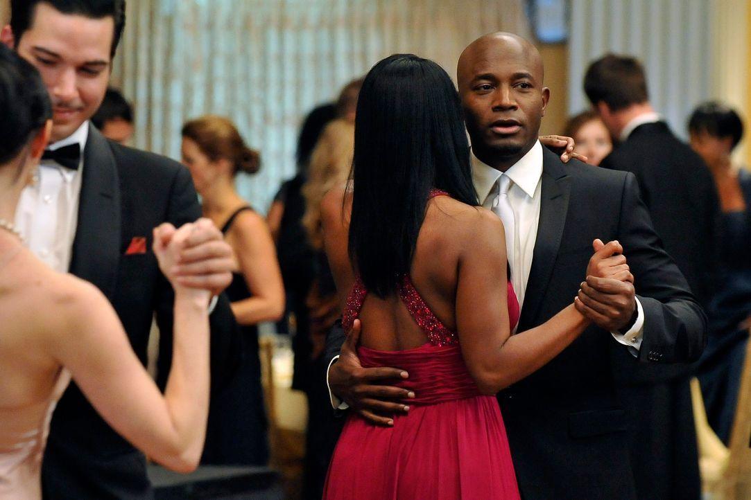 Sam (Taye Diggs, r.) überzeugt Violet davon, bei der Planung von Mayas anstehender Hochzeit zu helfen, nachdem Noami sich aus dieser Pflicht vollkom... - Bildquelle: ABC Studios