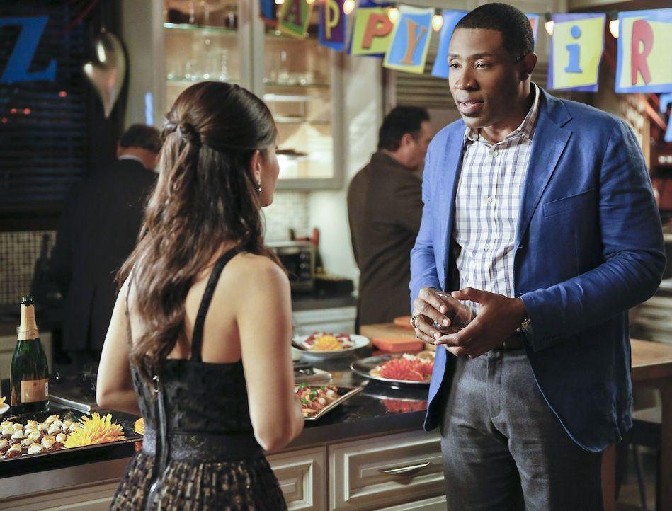 Gerade als Lavon (Cress Williams, r.) und Zoe (Rachel Bilson, l.) beginnen die Party zu genießen, sprengt ein ungebetener Gast die Feier ... - Bildquelle: Warner Brothers