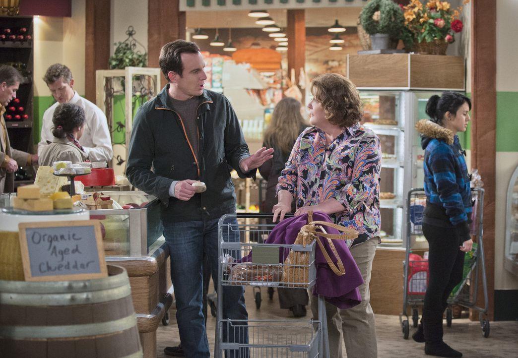 Die Wutausbrüche seiner Mutter (Margo Martindale, r.) liefern Nathan (Will Arnett, l.) so einiges an Material für seine neue Show ... - Bildquelle: 2013 CBS Broadcasting, Inc. All Rights Reserved.