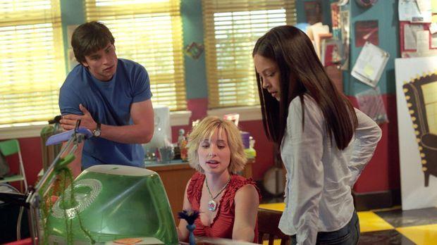 Chloe (Allison Mack, M.) und Clark (Tom Welling, l.) müssen herausfinden, war...