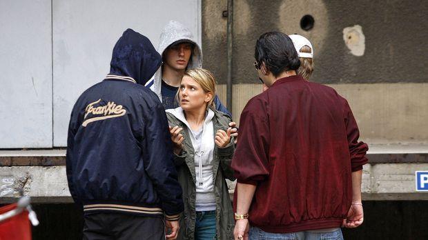 Anna (Jeanette Biedermann, M.) ist schutzlos einer Gang ausgeliefert ... © No...