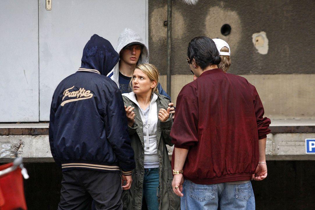 Anna (Jeanette Biedermann, M.) ist schutzlos einer Gang ausgeliefert ... - Bildquelle: Noreen Flynn Sat.1