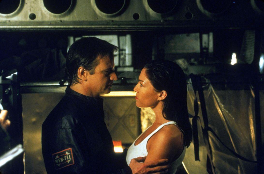 Henry Brennick (Christopher Lambert, l.) bittet Elena Rivera (Liz May Brice, r.), ihm zur Flucht zu verhelfen ? - Bildquelle: Sony Pictures Television International. All Rights Reserved.