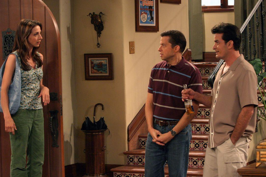 Judith (Marin Hinkle, l.) ist erstaunt, als sie hört, dass Alan (Jon Cryer, M.) und Charlie (Charlie Sheen, r.) eine Party für Evelyn veranstalten w... - Bildquelle: Warner Bros. Television