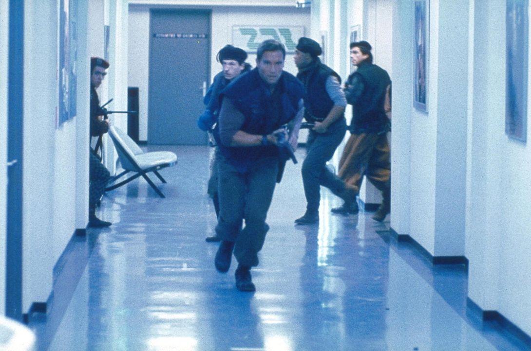 Ben (Arnold Schwarzenegger, vorne) gelingt es, während der blutigen Jagd den Spieß umzudrehen: Zusammen mit einer Rebellentruppe versucht er, den... - Bildquelle: Home Box Office