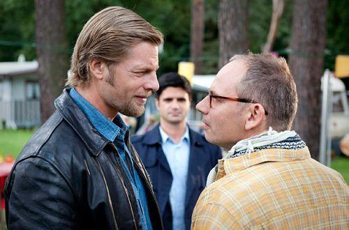 Falko Schlosser (Michael Lott, r.) hat einfach Pech: Auch nach 20 Jahren Koma hat Mick (Henning Baum) nicht vergessen, dass Schlosser auf einer Demo... - Bildquelle: Martin Rottenkolber - Sat1