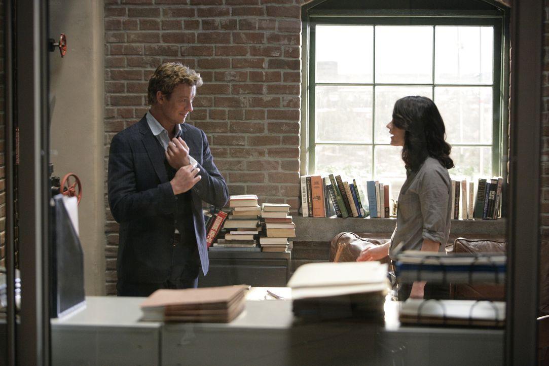 Patrick Jane (Simon Baker, l.) kündigt seinen Job beim CBI, um privat zu ermitteln, kann aber dennoch weiterhin auf die Hilfe seiner ehemaligen Koll... - Bildquelle: Warner Bros. Television