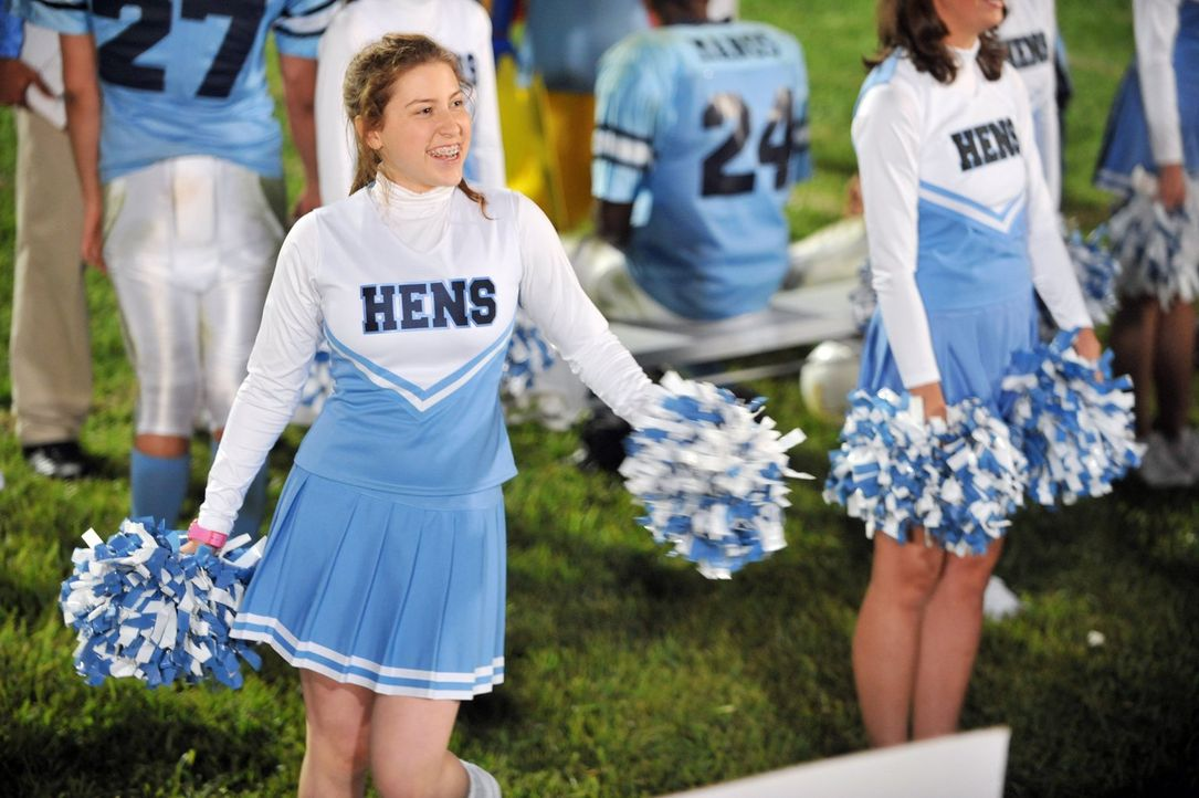 Sue (Eden Sher) ist völlig aus dem Häuschen, weil sie es wie durch ein Wunder ins Cheerleader-Team geschafft hat, nicht ahnend, dass alles nur ein M... - Bildquelle: Warner Brothers