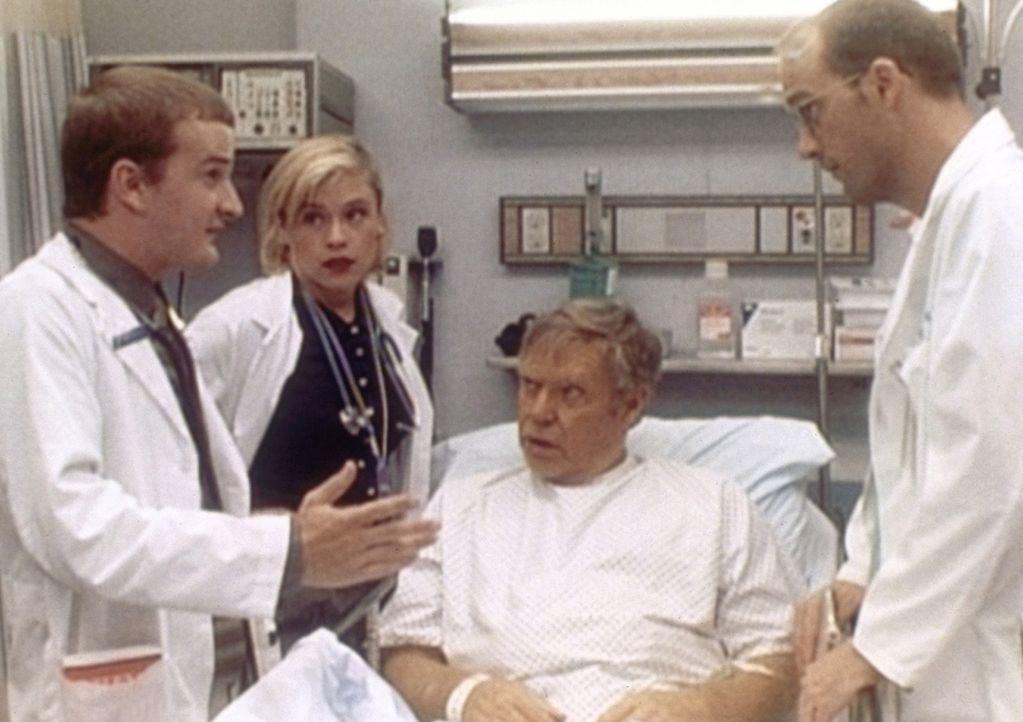 Bei einer Visite diskutieren Dr. Greene (Anthony Edwards, r.) und Medizinstudentin Harper (Christine Elise, 2.v.l.) über die weitere Behandlung des... - Bildquelle: TM+  WARNER BROS.