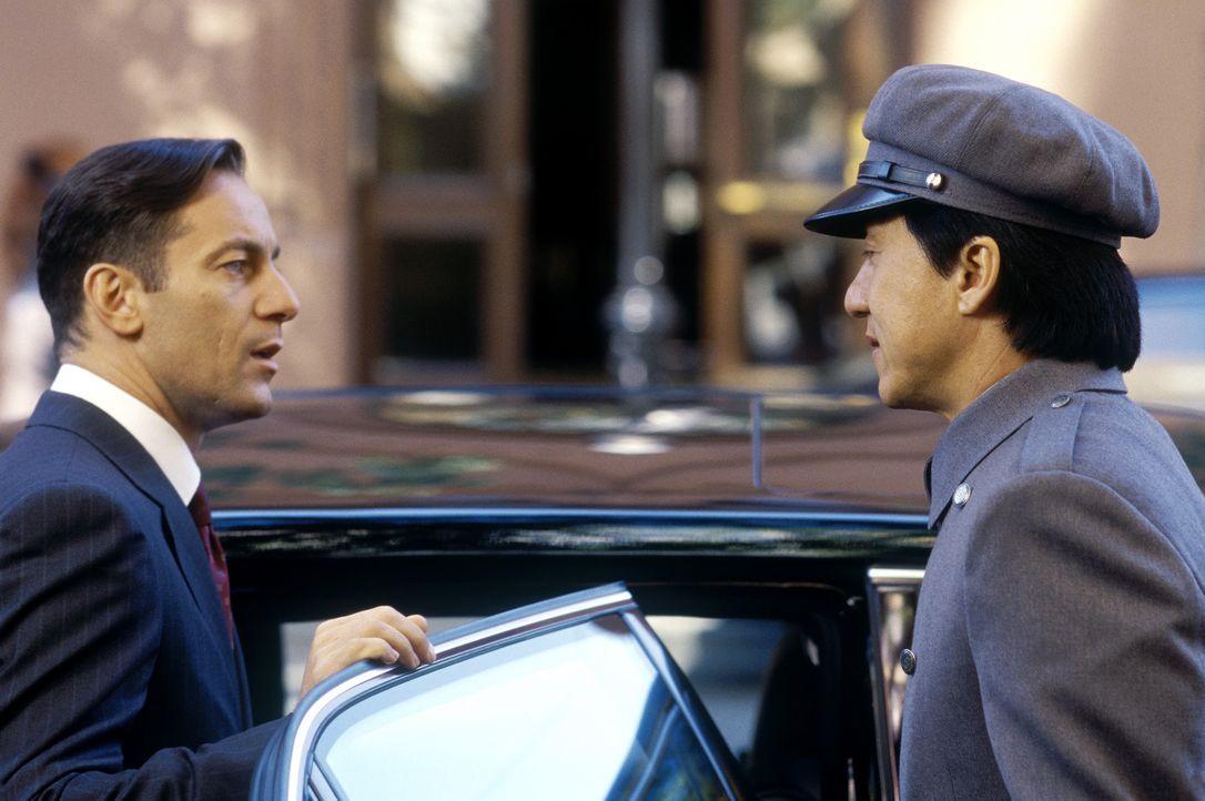 Für Jimmys (Jackie Chan, r.) neuen Chef, den Playboy und Millionär Clark Devlin (Jason Isaacs, l.), gibt nur eine Regel: Niemals den sündhaft teuren... - Bildquelle: TM &   2002 DreamWorks LLC. All Rights Reserved