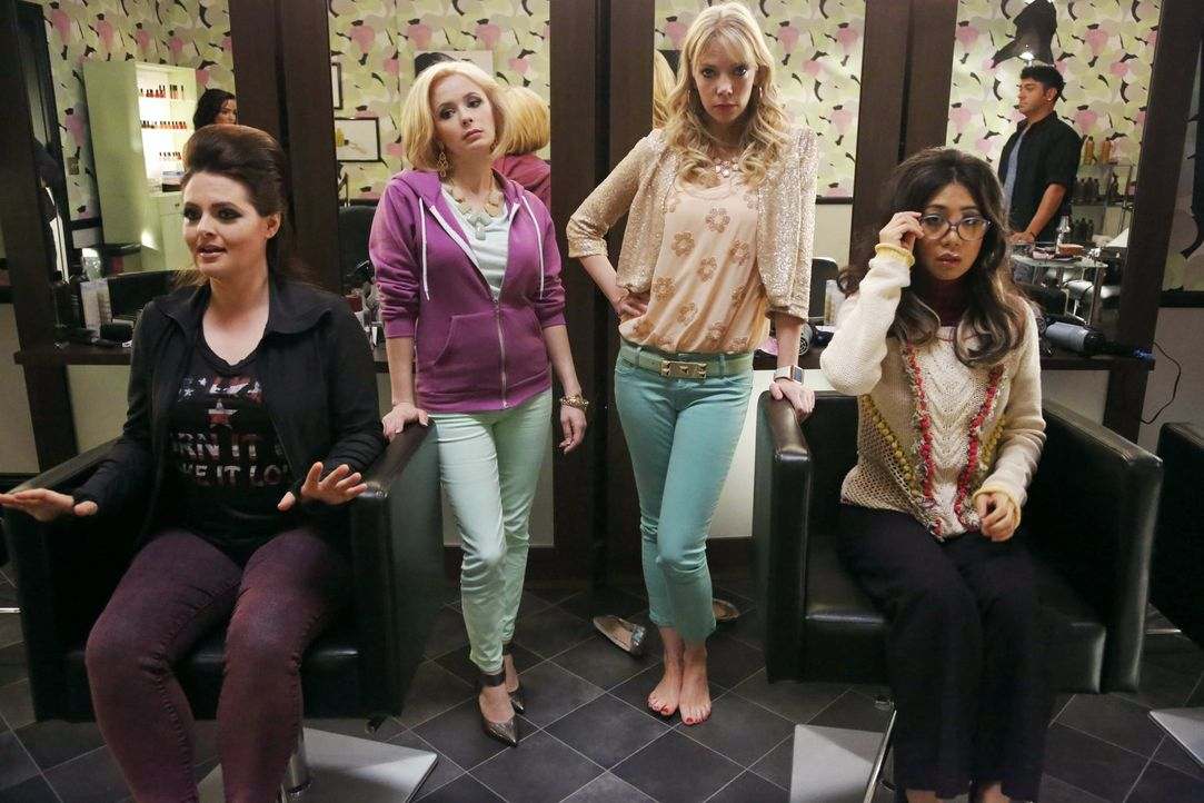 Während Kimmie sich mit Kendall rumschlagen muss, bekommen Marika (Lauren Ash, l.) und Helen-Alice (Liza Lapira, r.) von Haley (Riki Lindhome, 2.v.r... - Bildquelle: Warner Brothers
