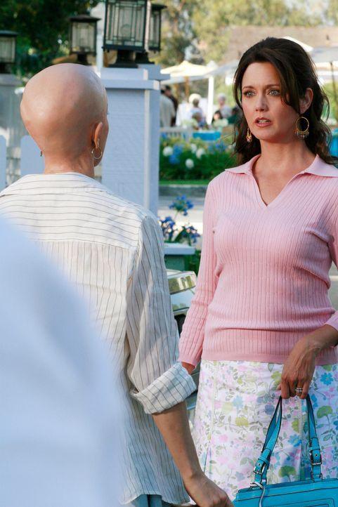 Muriel (Julia Campbell, r.) überhäuft Lynette(Felicity Huffman, l.) mit Arbeit für eine Gala, doch Lynette fühlt sich schlapp und sieht keinen ander... - Bildquelle: ABC Studios