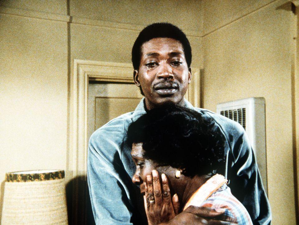 Brian (Glenn Michael Jones, hinten) gesteht seiner Mutter (Beah Richards, vorne), dass er nicht lesen kann. - Bildquelle: Worldvision Enterprises, Inc.