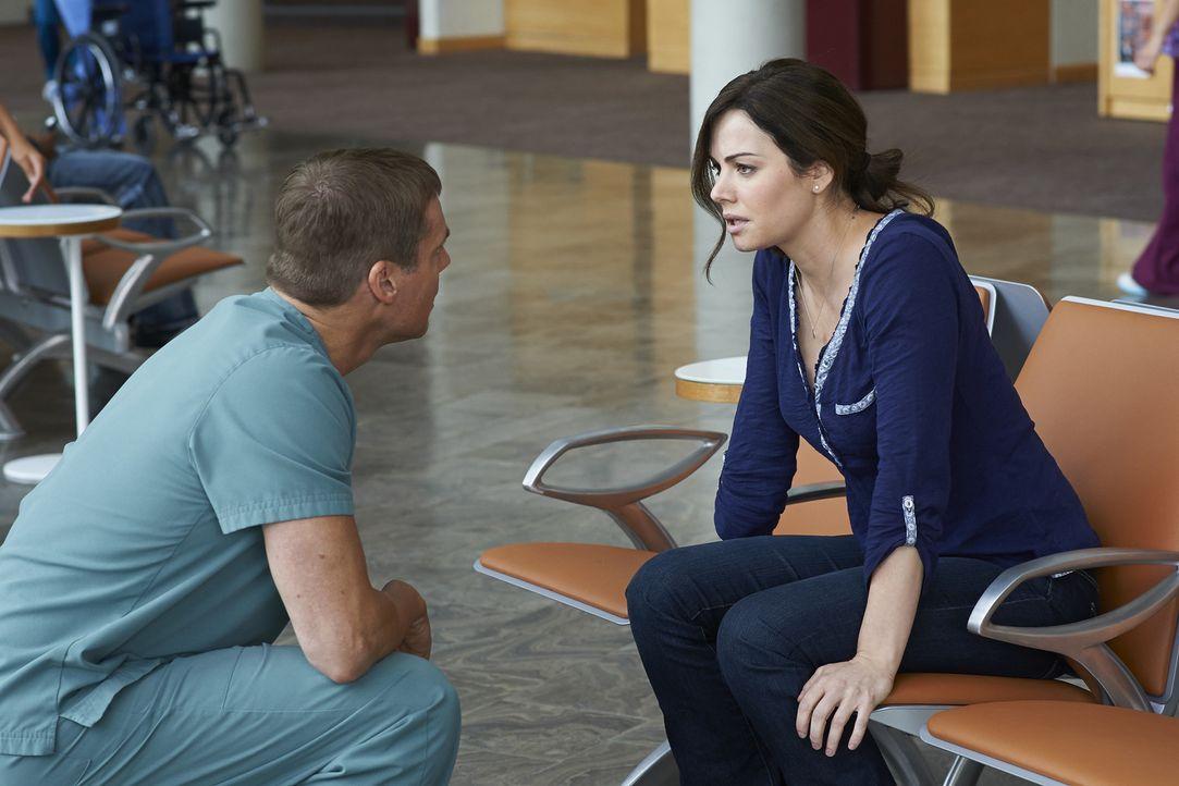 Alex (Erica Durcan, r.) hat Probleme mit ihrem Herz-Rhythmus und Charlie (Michael Shanks, l.) macht sich große Sorgen. Zu Recht? - Bildquelle: 2013  Hope Zee Two Inc.