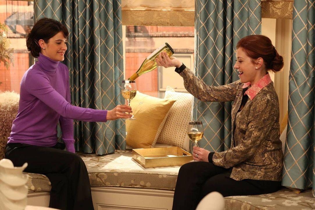 Zwölf Jahre später sitzen Robin (Cobie Smulders, l.) und Lily (Alyson Hannigan, r.) erneut zusammen und trinken eine Flasche Weißwein. Robin gesteht... - Bildquelle: 2013 Twentieth Century Fox Film Corporation. All rights reserved.