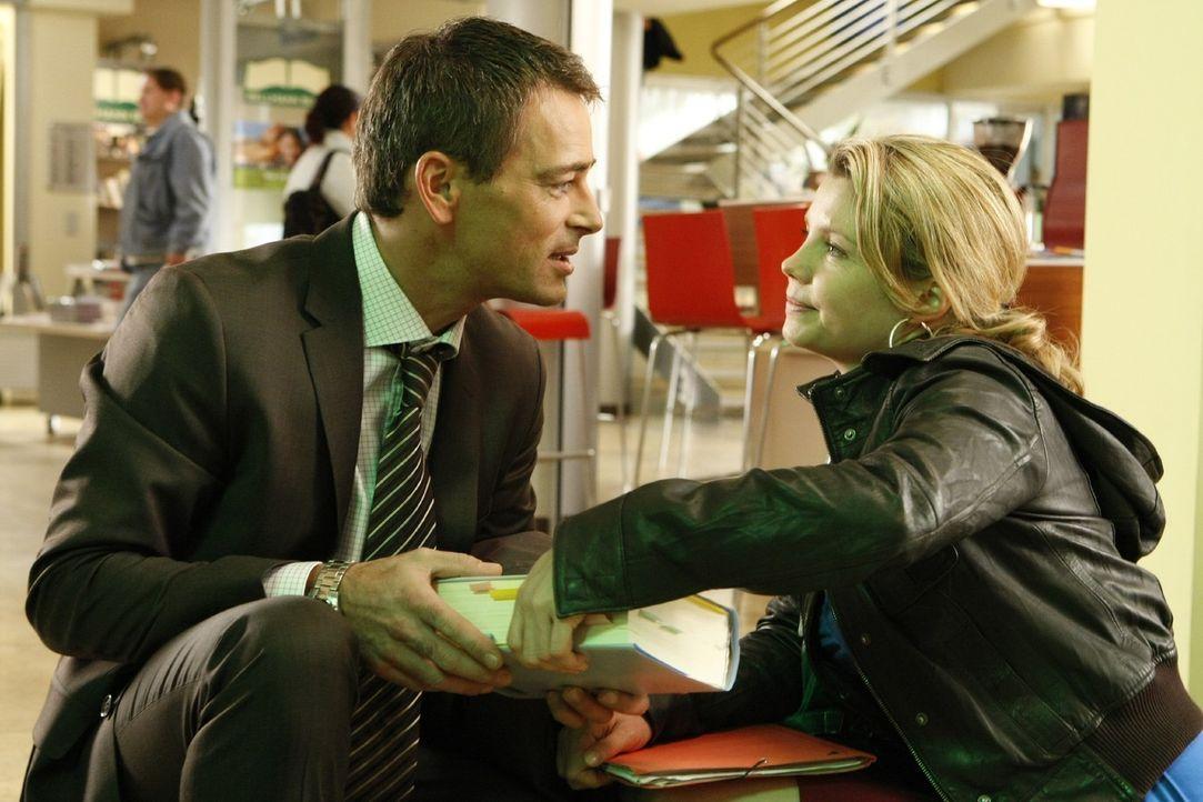 Wird ihr Traum wahr? Oliver (Jan Sosniok, l.) lädt Danni (Annette Frier, r.) zu einem Empfang in seine Anwaltskanzlei ein ... - Bildquelle: Frank Dicks SAT.1