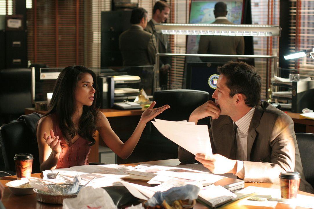 Danny (Enrique Murciano, r.) und Elena (Roselyn Sanchez, l.) versuchen den Grund des Verschwindens von Wendy herauszufinden ... - Bildquelle: Warner Bros. Entertainment Inc.