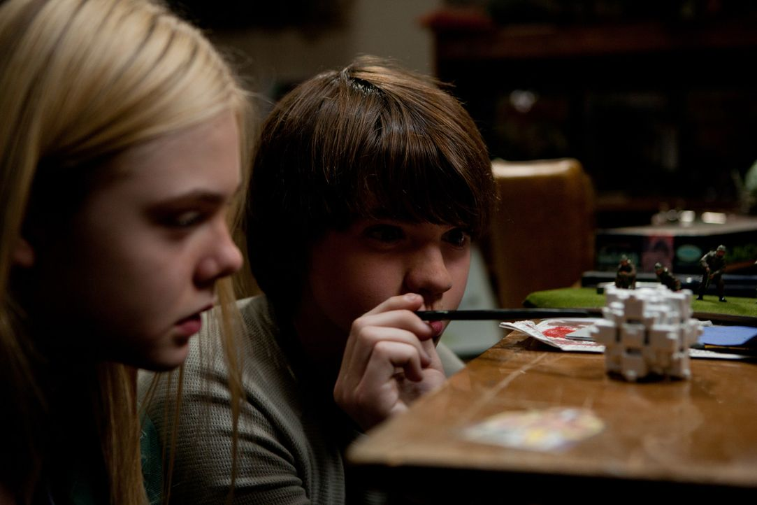 Gerade noch mit ihrem schulischen Filmprojekt beschäftigt, da werden Alice (Elle Fanning, l.) und Joe (Joel Courtney, r.) plötzlich Zeugen eines Unf... - Bildquelle: PARAMOUNT PICTURES. All Rights Reserved