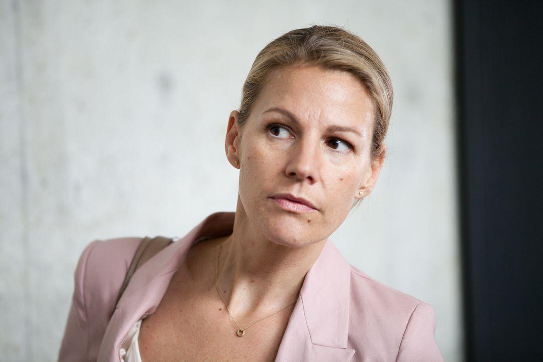Als Claire (Sophie Schütt) ihrem Mann, dem Gymnasiallehrer und Leiter der Theater AG, bis in den Probenraum nachspioniert, geschieht das Unfassbare... - Bildquelle: Maor Waisburd SAT.1