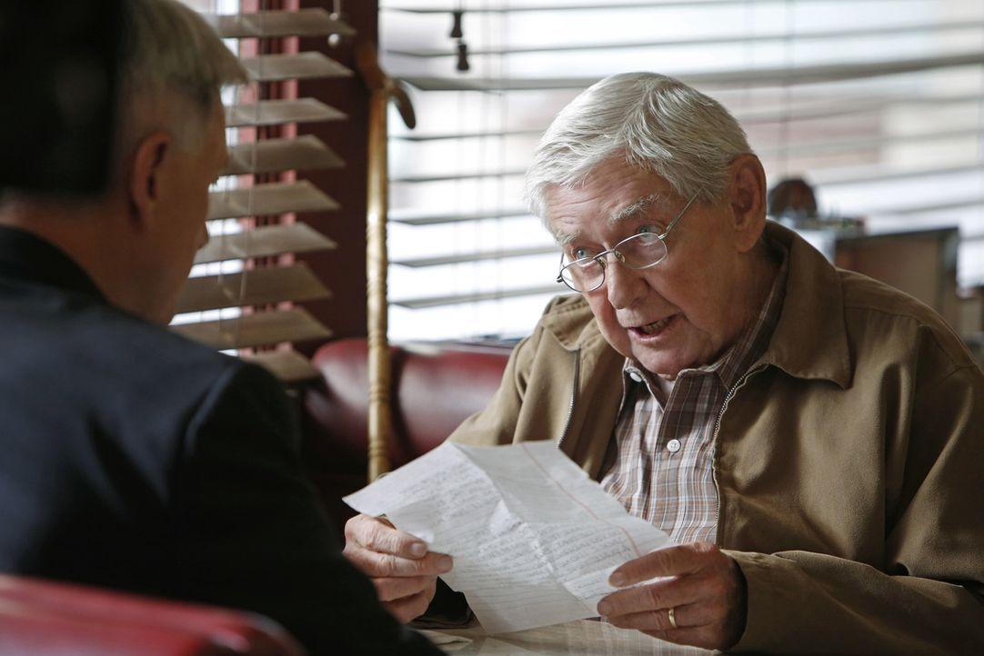 Gibbs (Mark Harmon, l.) muss sich in der Mitte eines Falles verabschieden, um seinem Vater (Ralph Waite, r.) dabei zu helfen, sich mit einem frühere... - Bildquelle: CBS Television