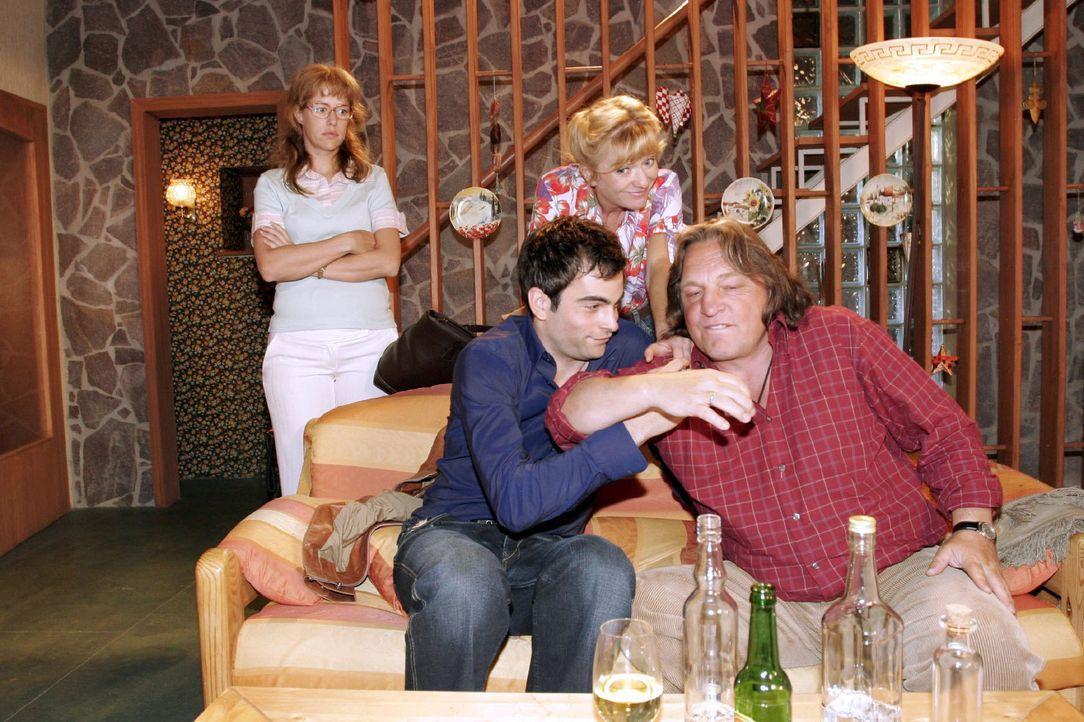 Lisa (Alexandra Neldel, l.) muss hilflos zusehen, wie David (Mathis Künzler, 2.v.l.) zusammen mit ihrem Vater Bernd (Volker Herold, r.) und ihrer M... - Bildquelle: Sat.1