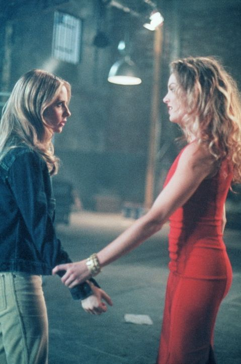 Buffy (Sarah Michelle Gellar, l.) begegnet ihrer neuen Feindin Glory (Clare Kramer, r.) ... - Bildquelle: TM +   2000 Twentieth Century Fox Film Corporation. All Rights Reserved.