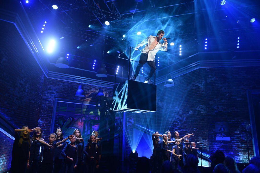 """Eine Hommage an die 90er und den King of Pop: Luke Mockridge würdigt in seiner Show  """"Luke! Die 90er und ich"""" musikalische Highlights seines Lieblin... - Bildquelle: Willi Weber SAT.1/Willi Weber"""