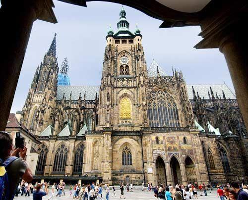 Nachdem Prag Mitte des 14. Jahrhunderts Erzbistum geworden war, fehlte der Stadt eine repräsentative Kirche und so lies Karl IV. den Veitsdom bauen... - Bildquelle: dpa