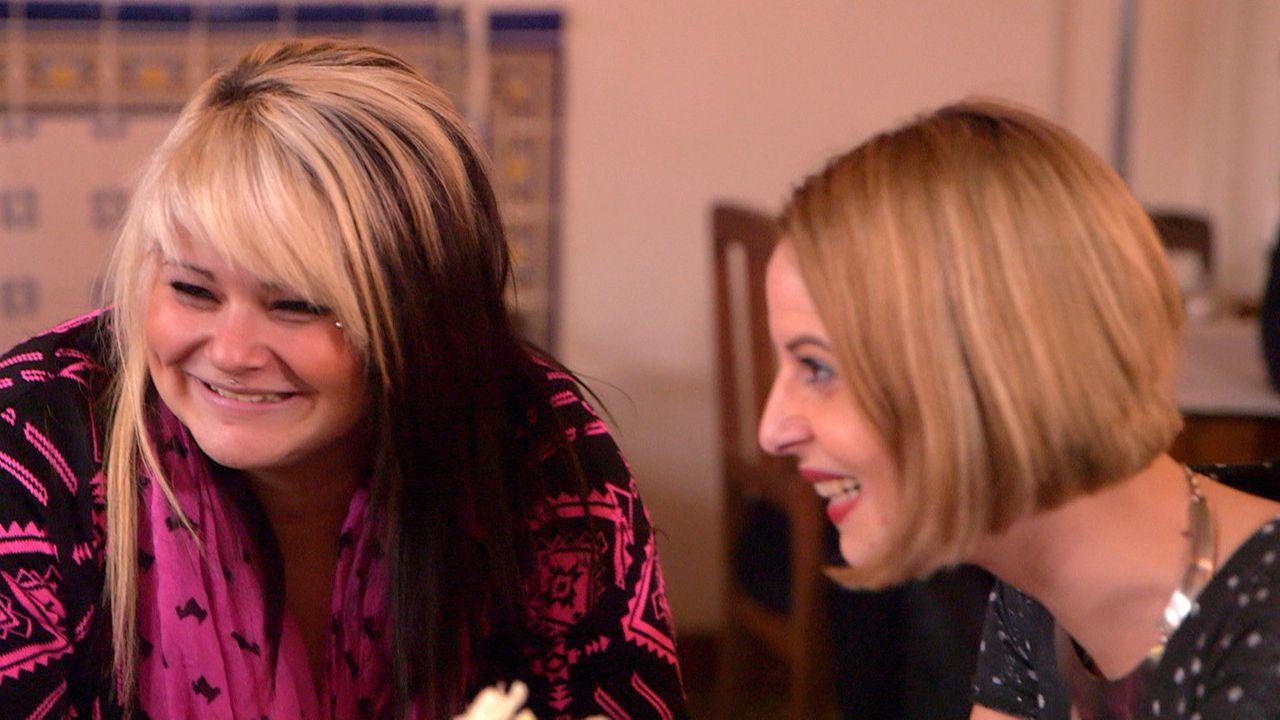 Noch kann Nele (l.) die Zeit im Cafe ihrer Tante Niki (r.) genießen, doch dann versucht ihr Zwillingsbruder, sie zu bekehren ... - Bildquelle: SAT. 1
