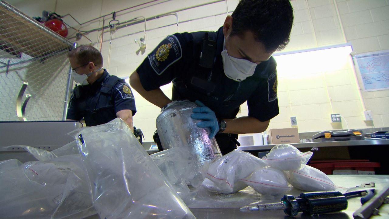 Die Beamten entdecken einen ziemlich raffiniert versteckten Vorrat an Steroiden ... - Bildquelle: Force Four Entertainment / BST Media 2 Inc.