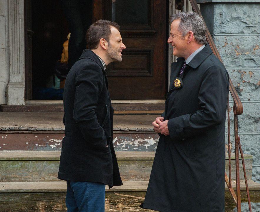 Ermitteln zusammen in einem neuen Fall: Sherlock (Jonny Lee Miller, l.) und Gregson (Aidan Quinn, r.) ... - Bildquelle: CBS Television