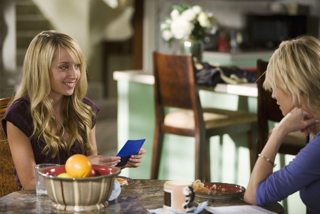 Grace (Megan Park, l.) ist etwas verwundert, als ihre Mutter (Josie Bissett, r.) ihr die Pille gibt ... - Bildquelle: 2008 DISNEY ENTERPRISES, INC. All rights reserved. NO ARCHIVING. NO RESALE.