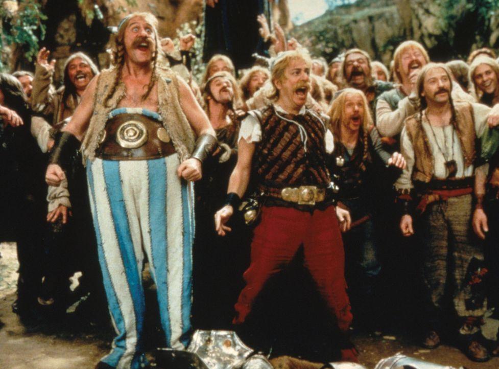 Römer! Bei Obelix (Gérard Depardieu, vorne l.), Asterix (Christian Clavier, vorne M.) und ihren Freunden ist die Freude groß, denn Frischfleisch ste... - Bildquelle: Constantin Film