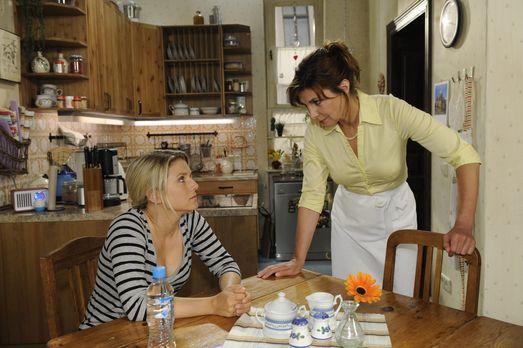 Anna und die Liebe - Anna (Jeanette Biedermann, l.) bittet Steffi (Karin Kien...