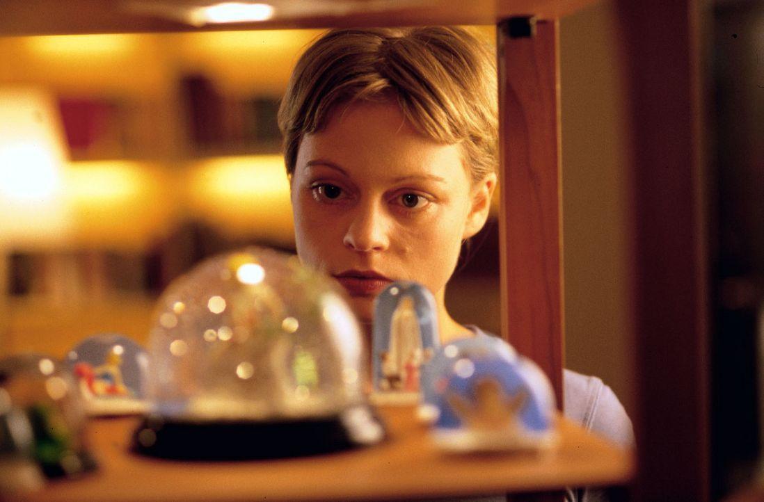 Katja Bach (Susanna Simon) ahnt, dass nach dem Tod ihrer Schwester auch ihr Leben in Gefahr ist. - Bildquelle: Gordon Mühle Sat.1